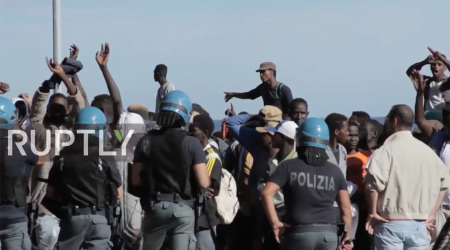 Over 100 migrants clash with police, break through Italy-France border (VIDEO)
