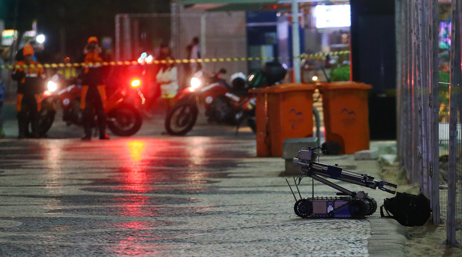 A robot removes a suspicious backpack, near Copacabana Beach, in Rio de Janeiro, Brazil August 5, 2016. © Carlos Barria