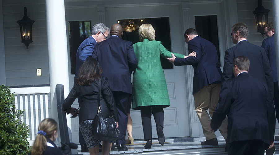 Democratic Presidential candidate Hillary Clinton slips as she walks up the stairs into the non-profit SC Strong, a 2 year residential facility that helps former felons, substance abusers, and homeless move into self-sufficiency February 24, 2016 in North Charleston. © Mark Makela / Getty Images