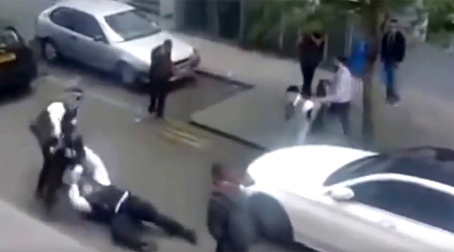 London police officers attacked by gang of youths (VIDEO)