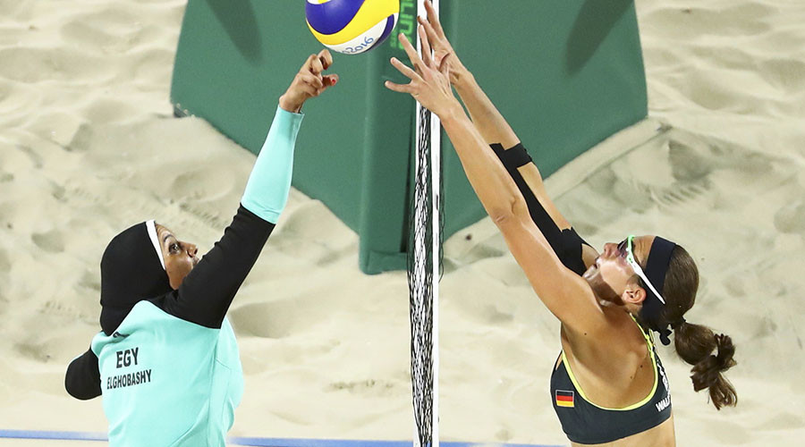 Doaa Elghobashy (left) of Egypt and Kira Walkenhorst (right) of Germany compete. © Lucy Nicholson