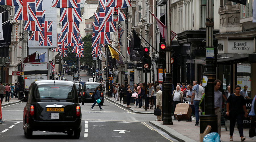 Shoppers walk past stores on New Bond Street in London ©Peter Nicholls