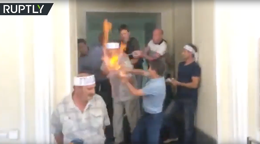 Ukrainian miner sets himself ablaze over wage delays (VIDEO)