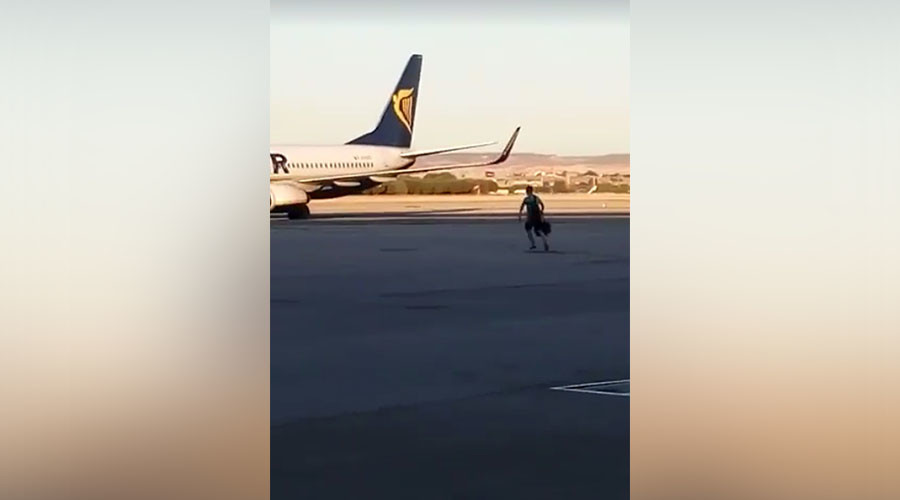 Nothing could stop this man from making his flight (HILARIOUS VIDEO)