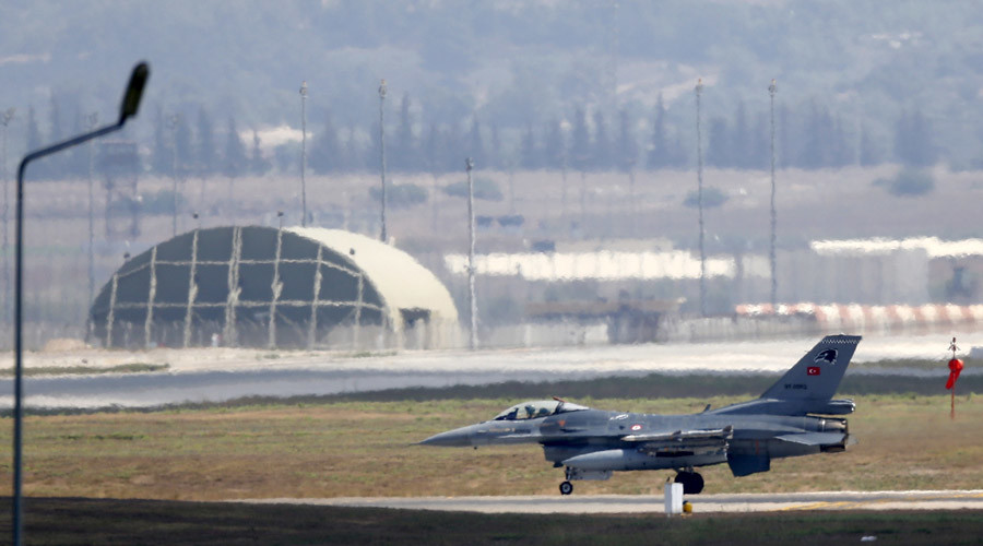 A Turkish Air Force F-16 fighter jet lands at Incirlik air base in Adana, Turkey © Murad Sezer