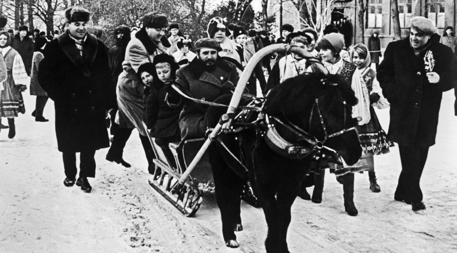 Fidel Castro with Soviet children during his visit to Moscow. Winter of 1963. © Baltermants