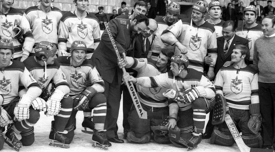 First secretary of the Cuban Communist Party Central Committee Fidel Castro (centre) among the CSKA ice-hockey team players. © Dmitryi Donskoy