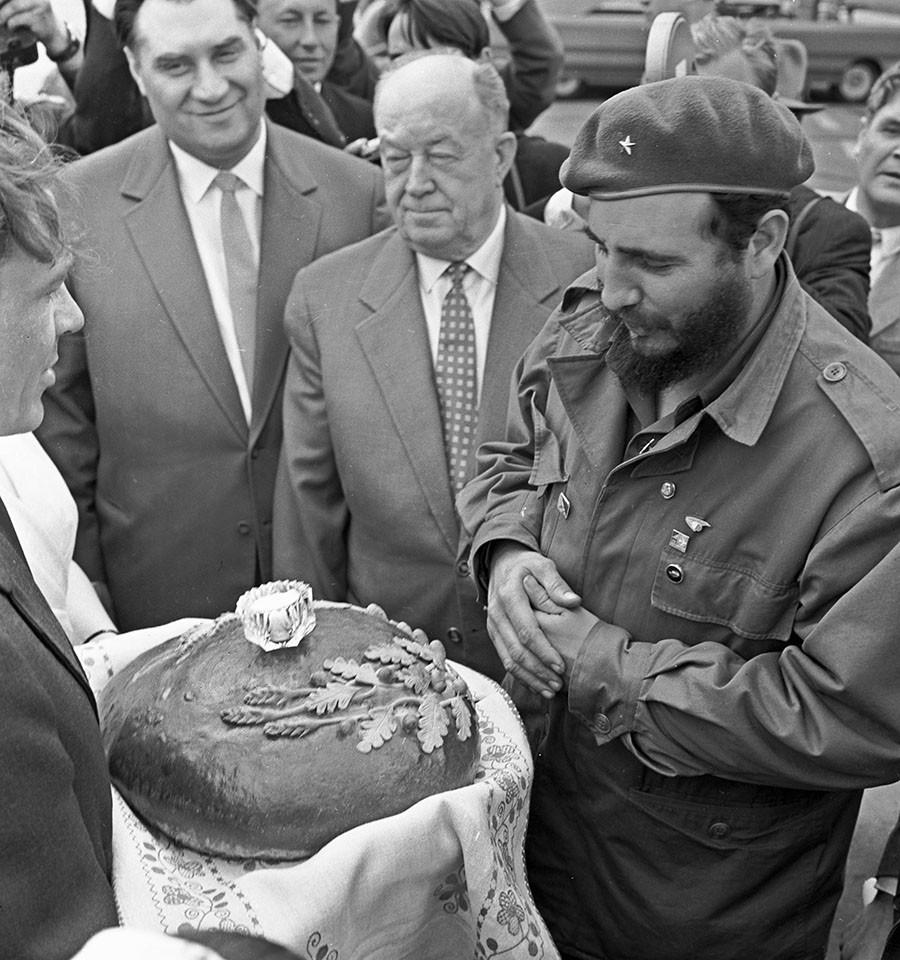 Cuban President Fidel Castro at Borispol airport. ©  Vasily
