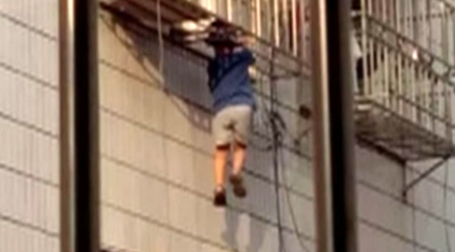 Chinese Spiderman: Passerby scales building to save kid from 6th floor plunge (VIDEO)