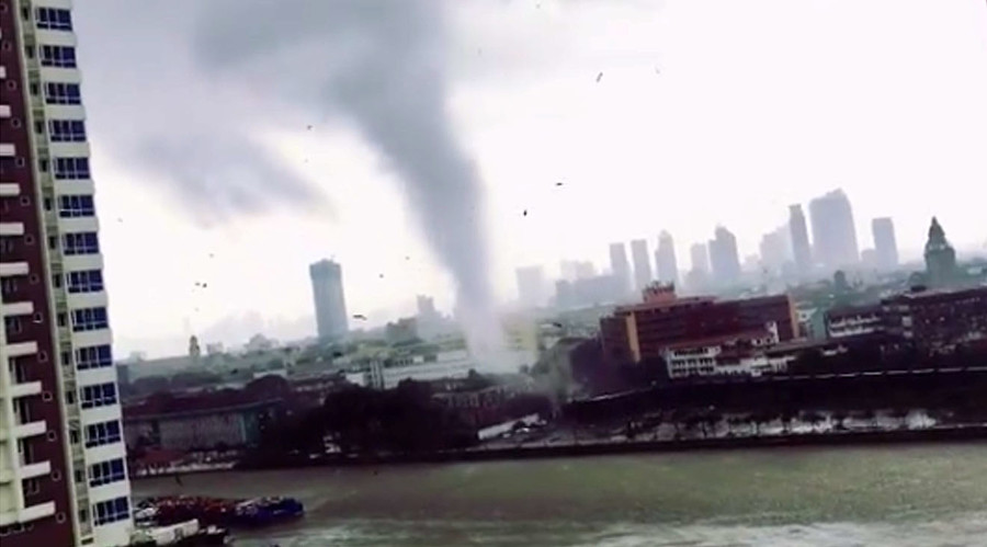 Whirling twister strikes Manila as heavy rain swamps Filipino capital (VIDEOS, PHOTOS)