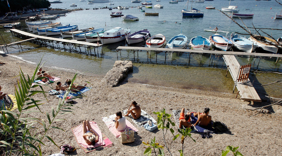 People sunbath on a beach in the French southeastern city of Juan les Pins, near Antibes © Jean Christophe Magnenet
