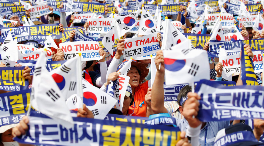 """Seoungju residents chant slogans during a protest against the government's decision on deploying a U.S. THAAD anti-missile defense unit in Seongju, in Seoul, South Korea, July 21, 2016. The banner reads """"Desperately oppose deploying THAAD"""". © Kim Hong-Ji"""