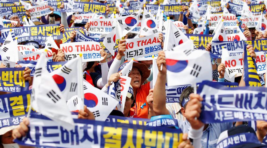 """سكان Seoungju يرددون هتافات خلال مظاهرة احتجاج ضد قرار الحكومة حول نشر وحدة للدفاع المضاد للصواريخ ثاد الولايات المتحدة في سيونغجو، في سيول، كوريا الجنوبية، 21 يوليو 2016. وتقول اللافتة """"معارضة ماسة نشر ثاد"""".  © كيم هونغ جي"""