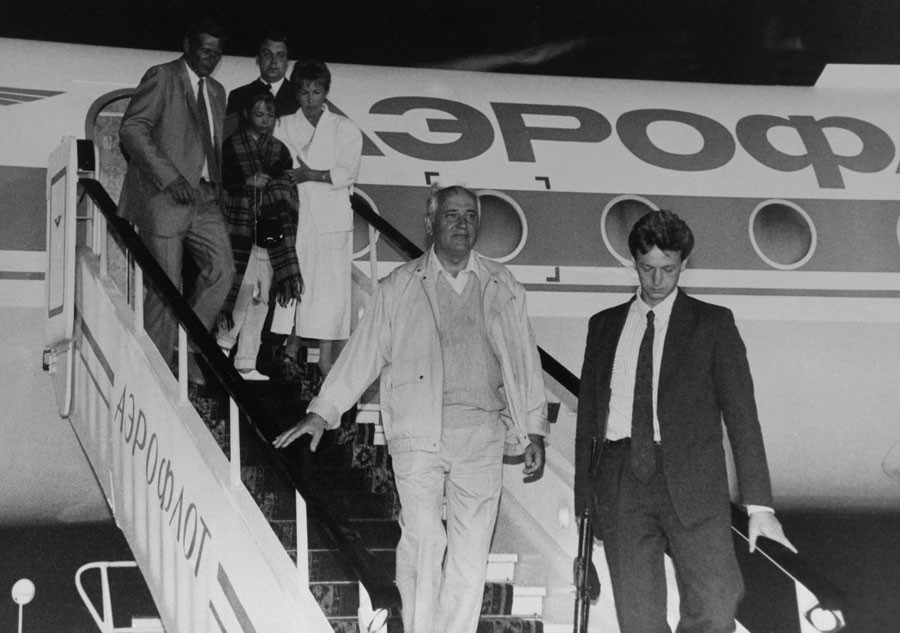 Soviet President Mikhail Gorbachev (left) returns to Moscow from Foros. Being met at Vnukovo airport on August 22, 1991. Reproduction. ©