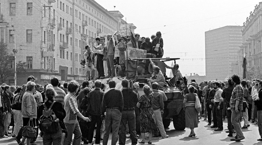 An armored vehicle on Moscow's Gorky Street, now called Tverskaya Street.© Boris Kaufman