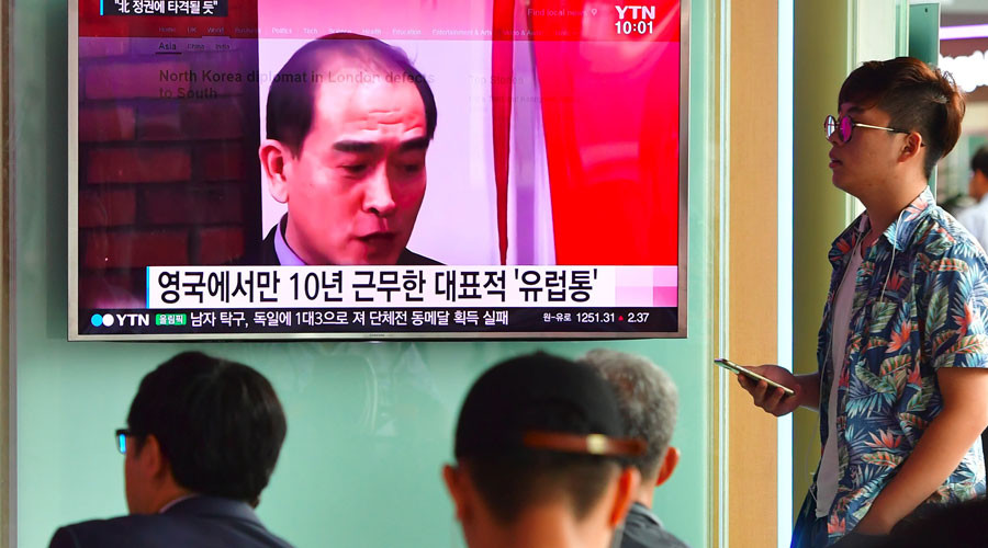 People watch a television news broadcast showing file footage of Thae Yong-Ho, North Korea's deputy ambassador to Britain, at a railway station in Seoul on August 18, 2016. © Jung Yeon-JE