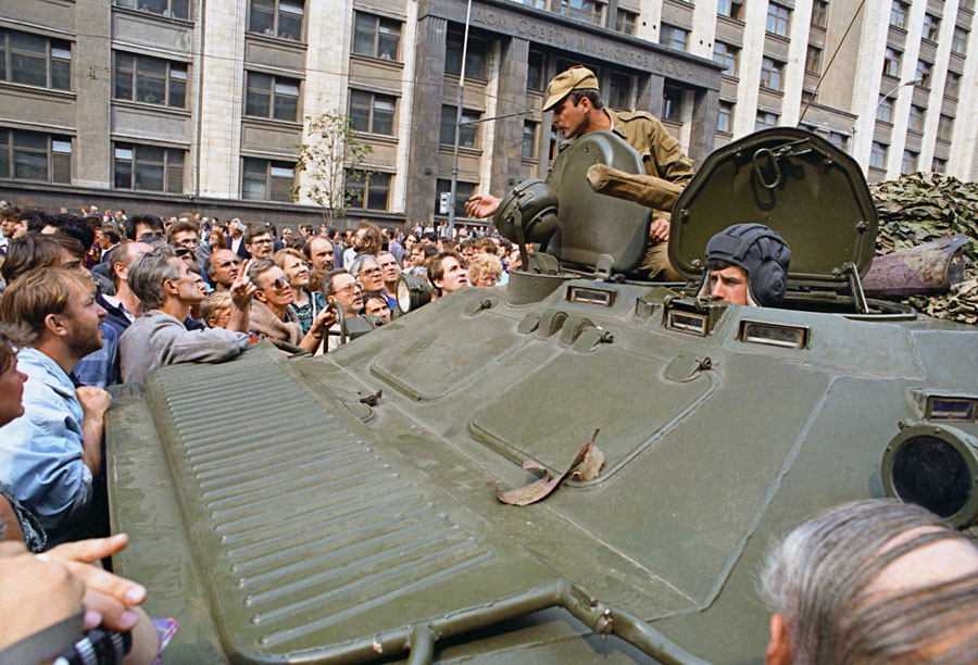 Defenders of democracy near USSR Council of Ministers [Gosplan USSR] talking to crew of armored personnel deployed in Moscow August 19, 1991 after members of the so-called Committee for the State of Emergency declared a state of emergency in the Soviet capital. © Sergey Subbotin