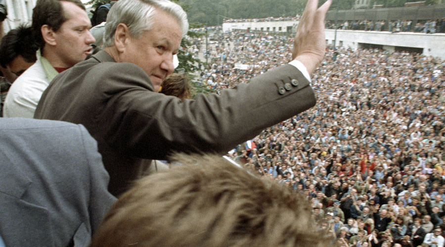 Russian President Boris Yeltsin greeting rally participants outside the R.S.F.S.R. Supreme Council. © Oleg Lastochkin
