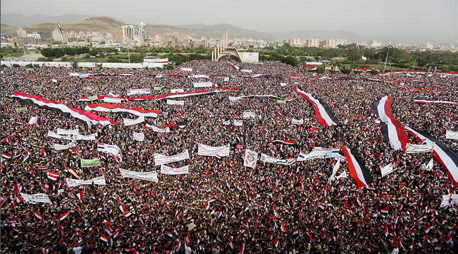 People rally to show support to a political council formed by the Houthi movement and the General People's Congress party to unilaterally rule Yemen by both groups, in the capital Sanaa August 20, 2016. © Khaled Abdullah