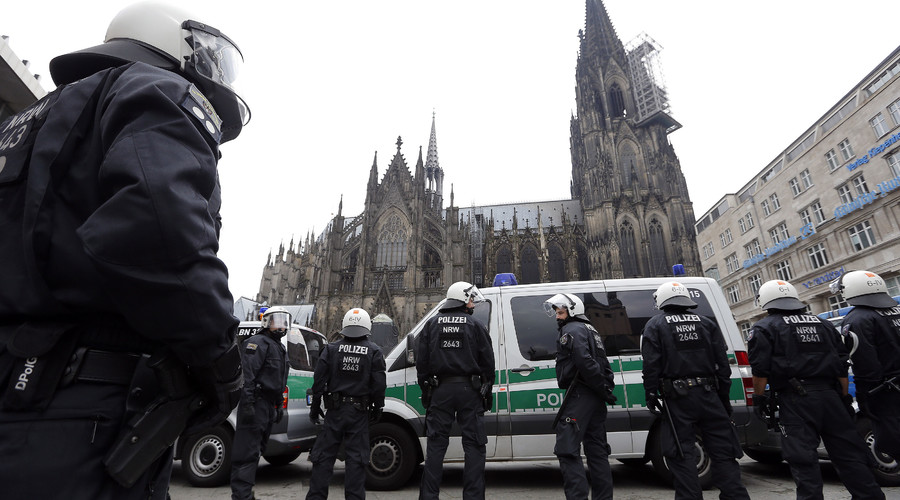 German riot police stand in front of the Cologne Cathedral in Cologne, Germany.© Vincent Kessler
