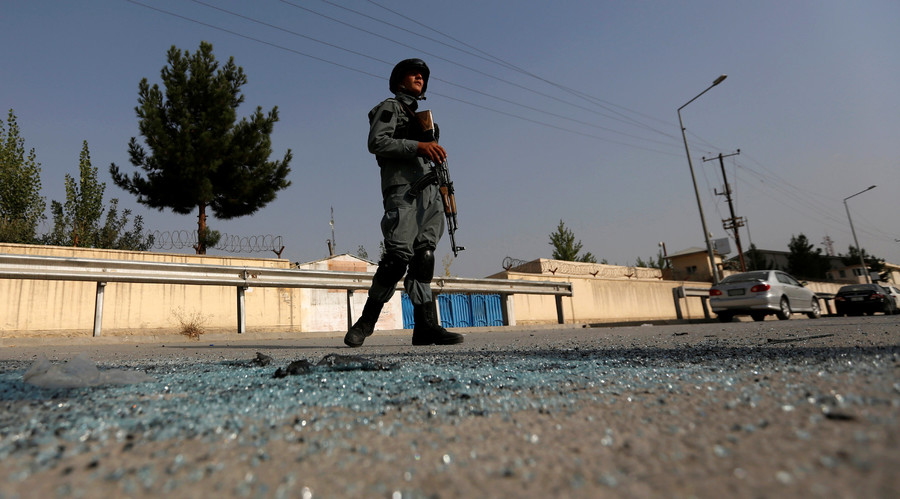An Afghan policeman stands guard after an attack at the American University of Afghanistan in Kabul, Afghanistan August 25, 2016. © Mohammad Ismail