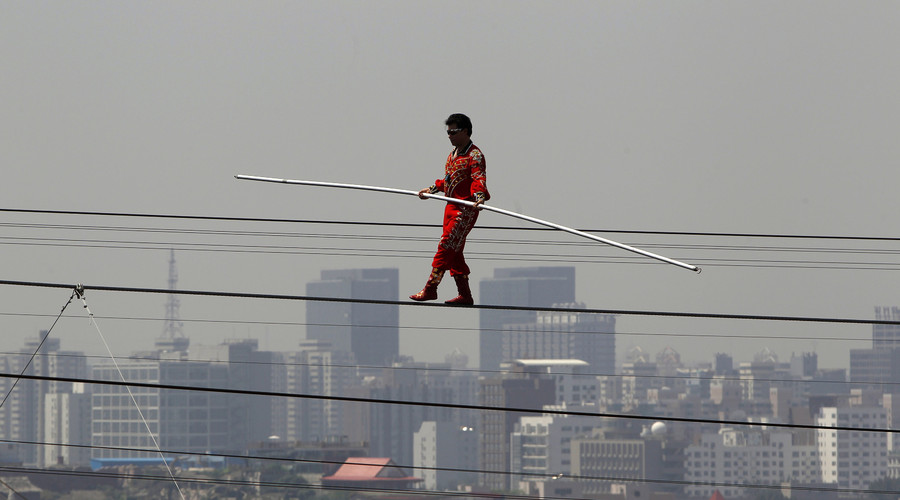 Chinese tightrope walker sets new world record with heart-stopping stunt (VIDEO)