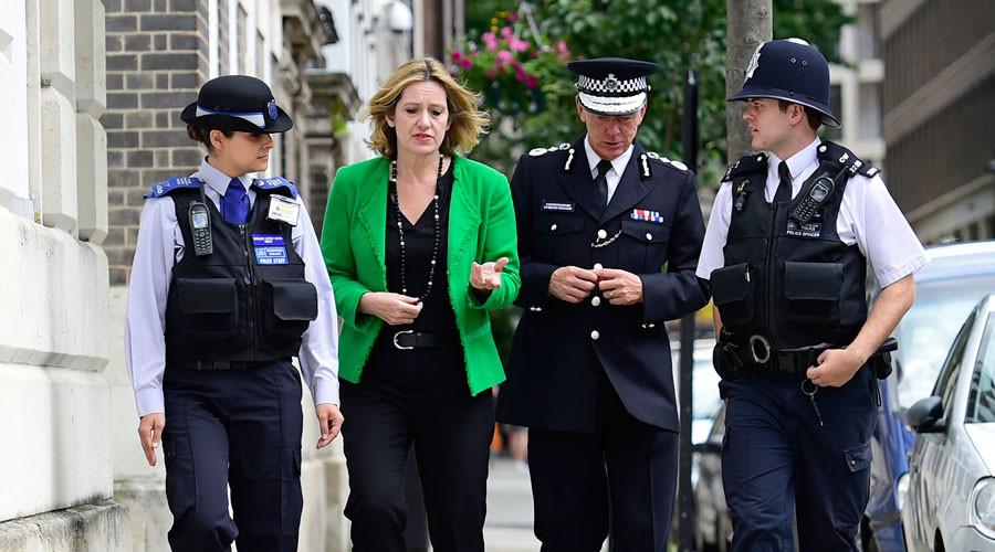 Britain's Home Secretary Amber Rudd walks with Metropolitan Police Commissioner Sir Bernard Hogan-Howe (2nd R) in Westminster, London, July 14, 2016.© Lauren Hurley