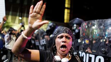FILE PHOTO: A protester shouts during a demonstration against fatal shootings by the police of two black men across the country, in Phoenix, Arizona, U.S. July 8, 2016 © Ricardo Arduengo