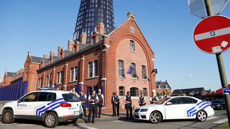 Belgian police officers stand guard outside the main police station after a machete-wielding man injured two female police officers before being shot in Charleroi, Belgium, August 6, 2016. © Francois Lenoir