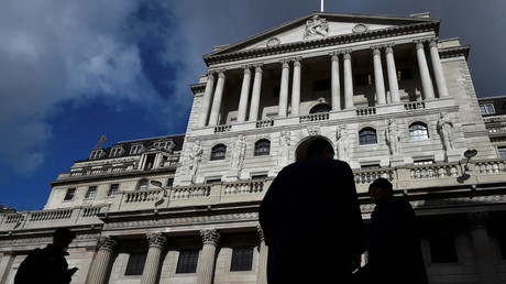 City workers walk past the Bank of England in the City of London, Britain © Toby Melville