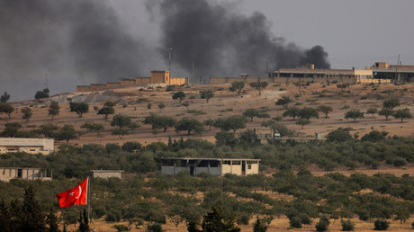 Smoke rises from the Syrian border town of Jarablus as it is pictured from the Turkish town of Karkamis, in the southeastern Gaziantep province, Turkey, August 24, 2016. © Umit Bektas