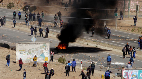 Miners block a main highway during an anti-government protest in Panduro south of La Paz, Bolivia, August 25, 2016. © David Mercado