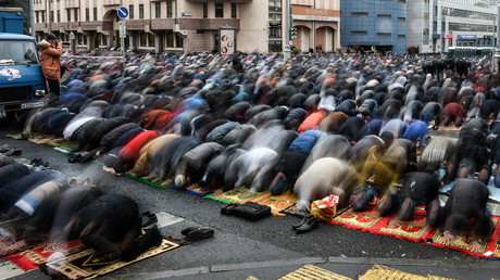 Muslims pray at the Festival of Sacrifice Eid al-Adha outside the Jameh Mosque, Moscow. © Vladimir Astapkovich