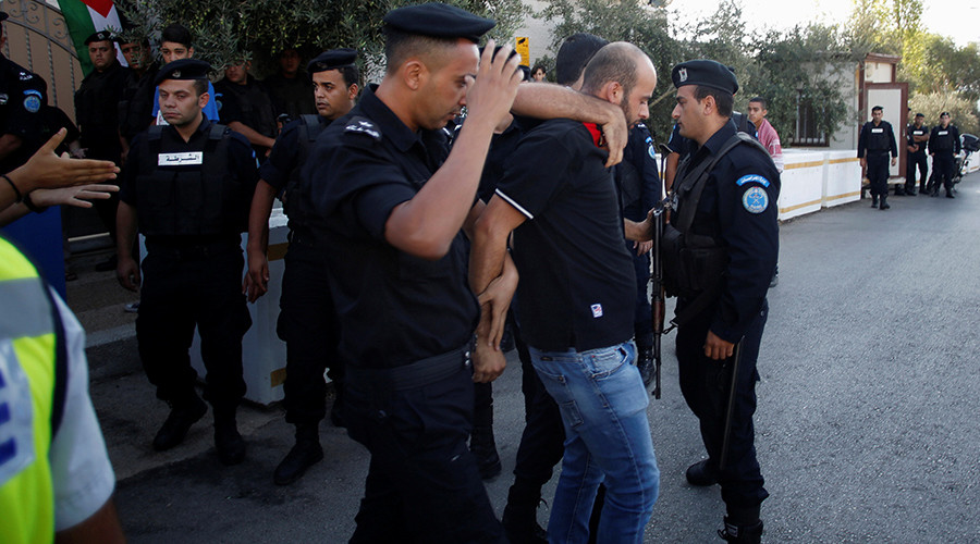Palestinian policemen detain a demonstrator during a protest in solidarity with Palestinian prisoners held in Israeli jails, in front of the United Nations headquarters in the West Bank city of Ramallah August 22, 2016 © Mohamad Torokman