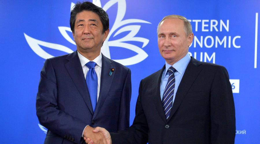 Russian President Vladimir Putin (R) shakes hands with Japanese Prime Minister Shinzo Abe during a meeting on the sidelines of Eastern Economic Forum in Vladivostok, Russia, September 2, 2016. © Alexei Druzhinin