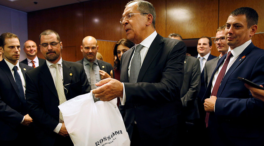 Russian Foreign Minister Sergei Lavrov delivers vodka to reporters awaiting a late night press conference along with U.S. Secretary of State John Kerry and in Geneva, Switzerland where two discussed the crisis in Syria September 9, 2016 © Kevin Lamarque