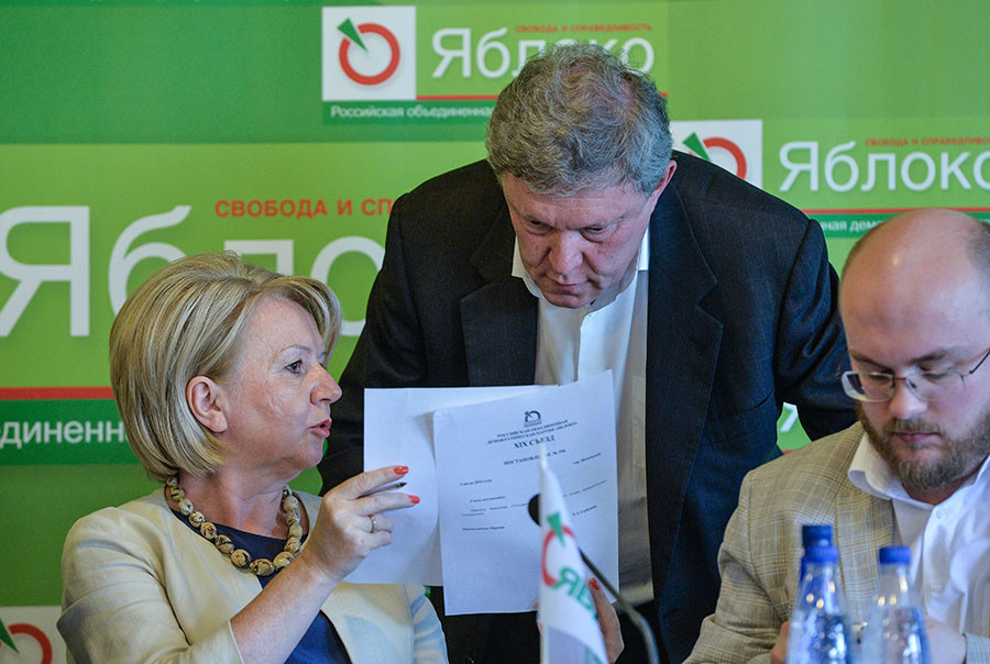 Yabloko party leader Emiliya Slabunova with founder Grigory Yavlinsky © Vladimir Pesnya
