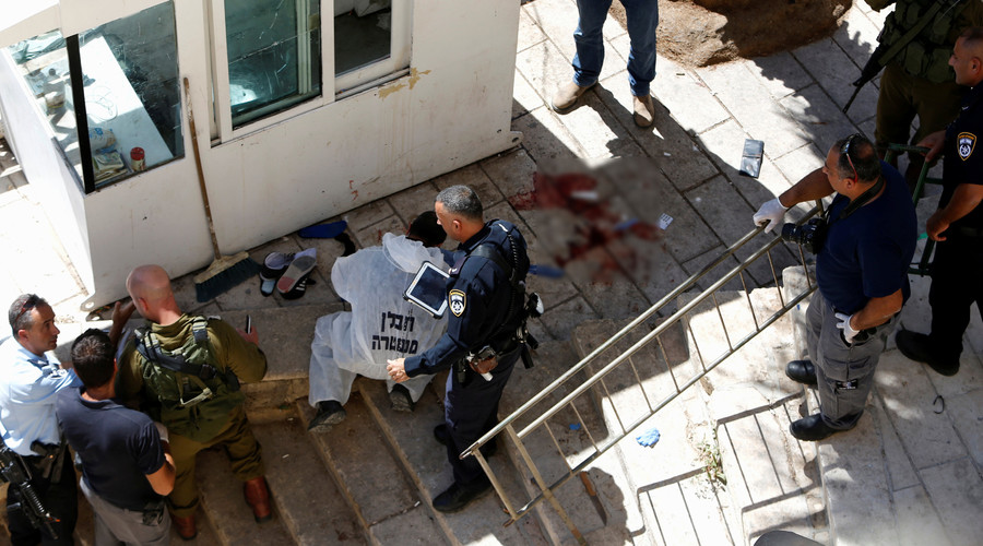 Israeli security forces gather at the scene of a stabbing attack in the West Bank city of Hebron September 19, 2016. © Mussa Qawasma