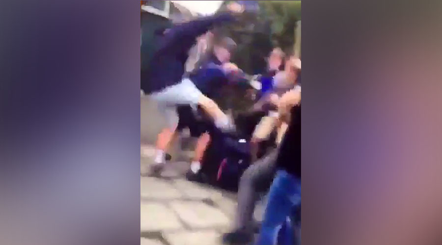 Police break up mass children's brawl in southeast London (VIDEO)