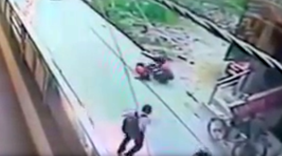 Crowd just WATCH as woman stabbed 20 times on street in India (GRAPHIC VIDEO)