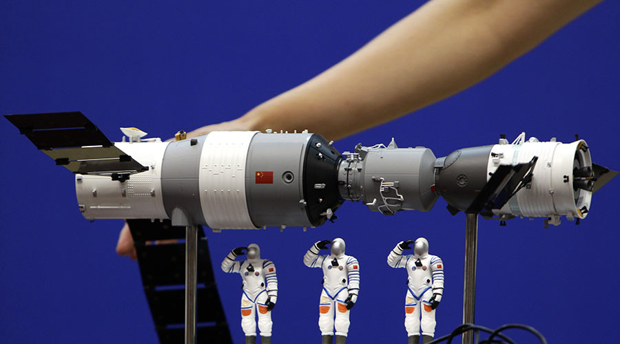 A model of the Shenzhou-9 manned spacecraft ( R) docking with the orbiting Tiangong-1 space lab module (L). © Jason Lee