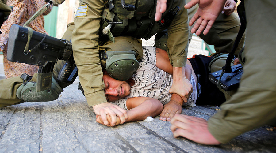 Israeli soldiers detain a Palestinian during a searching raid by Israeli troops, in the West Bank city of Hebron September 20, 2016 © Mussa Qawasma