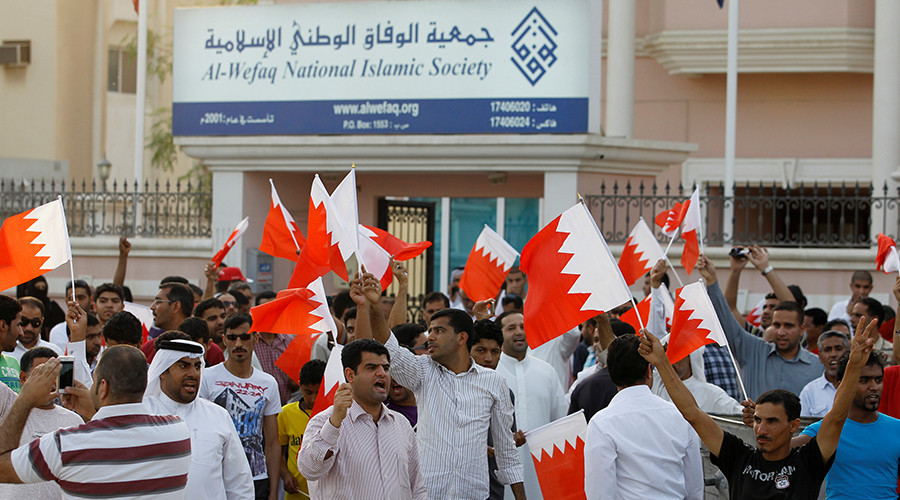 FILE PHOTO: Anti-government protesters shout slogans while holding Bahraini flags during a protest outside Bahrain's leading opposition party Al Wefaq's headquarters in Manama © Hamad I Mohammed