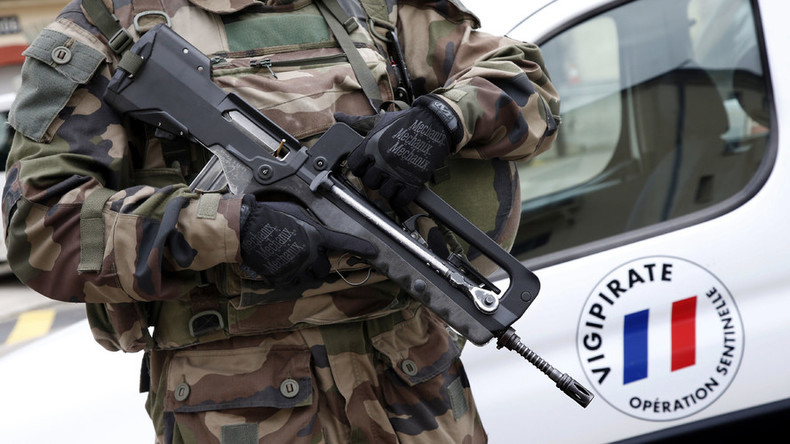 A French soldier holds his Famas assault riffle. © Charles Platiau