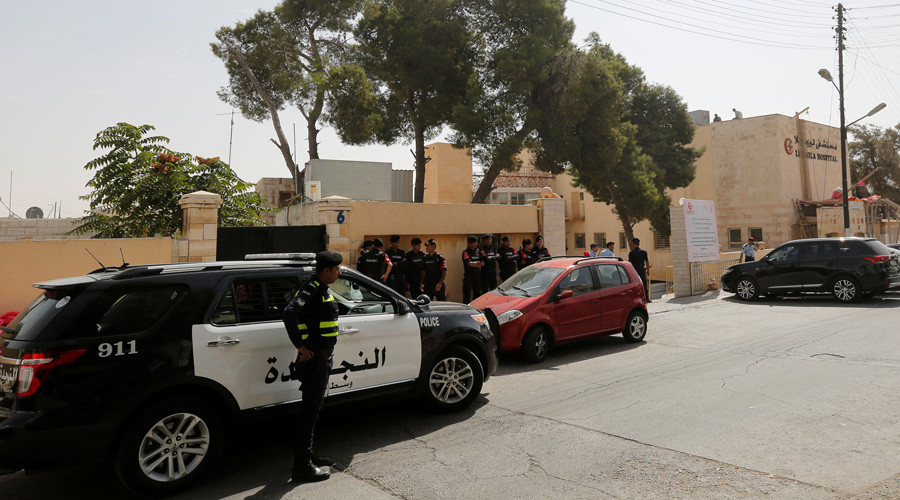 Jordanian police stand guard in front of a hospital where the body of Jordanian writer Nahed Hattar, who was shot dead, was held in Amman, Jordan, September 25, 2016. © Muhammad Hamed