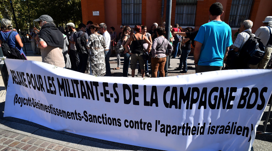 """Hundreds of people demonstrate in front of Toulouse's courthouse, on September 22, 2016, in support of four BDS (Boycott Divestment and Sanctions) militants appearing before the court  for """"hampering the normal exercise of an economic activity"""". © REMY GABALDA"""
