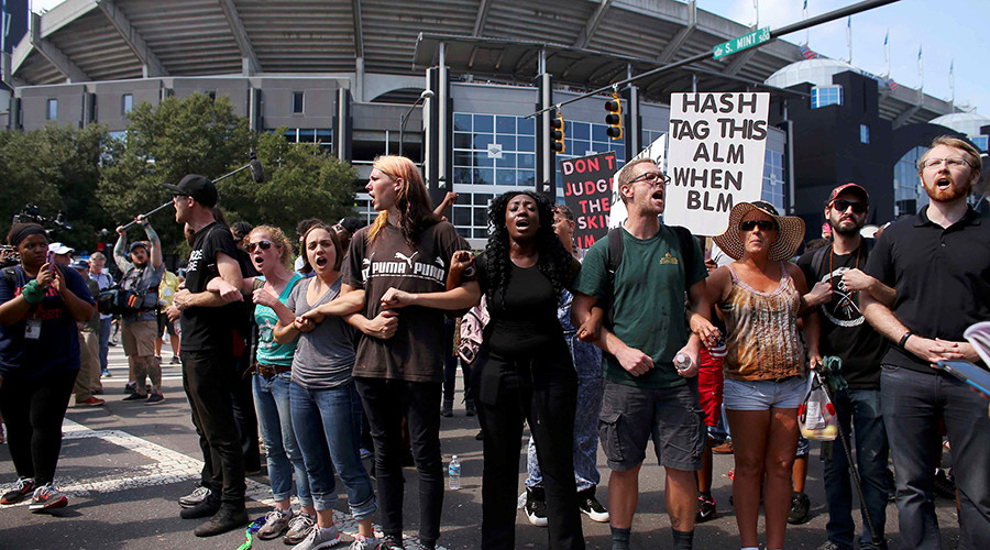 People gather outside the football stadium as the NFL's Carolina Panthers host the Minnesota Vikings, to protest the police shooting of Keith Scott, in Charlotte, North Carolina, U.S., September 25, 2016 © Mike Blake