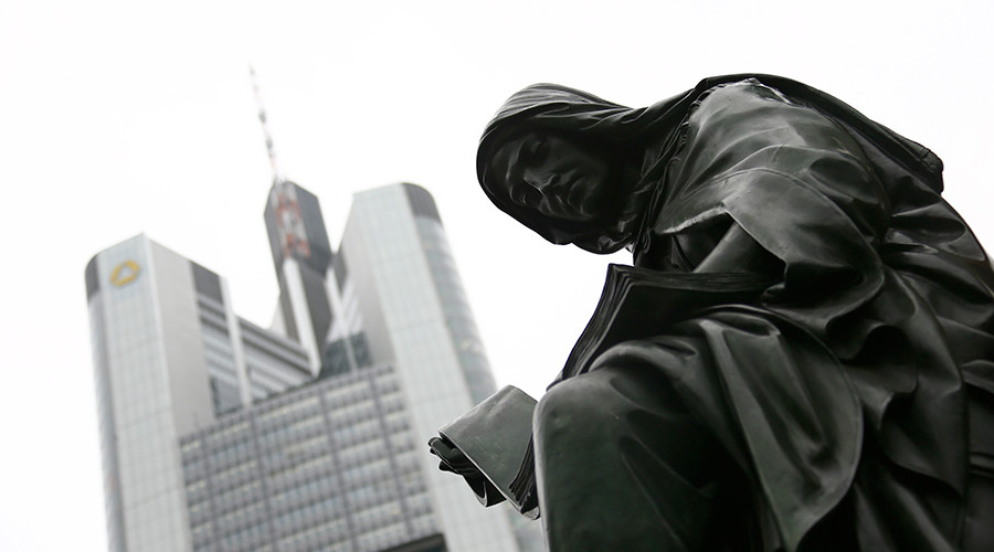 A statue stands in front of the headquarters of the Commerzbank AG in Frankfurt © Kai Pfaffenbach