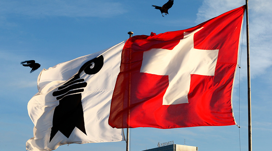 Flags of the city of Basel (L) and Switzerland © Arnd Wiegmann