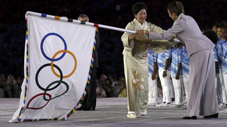 Tokyo governor Yuriko Koike takes the Olympic flag on stage. © Stefan Wermuth